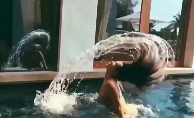 Kim Kardashian NAGA w basenie (FOTO)