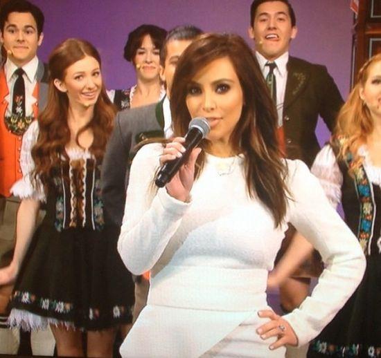 Kim Kardashian śpiewa w show Jaya Leno! (VIDEO)