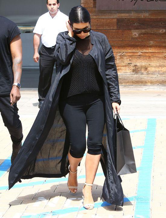 Szok! Kim Kardashian zasłoniła biust! (FOTO)