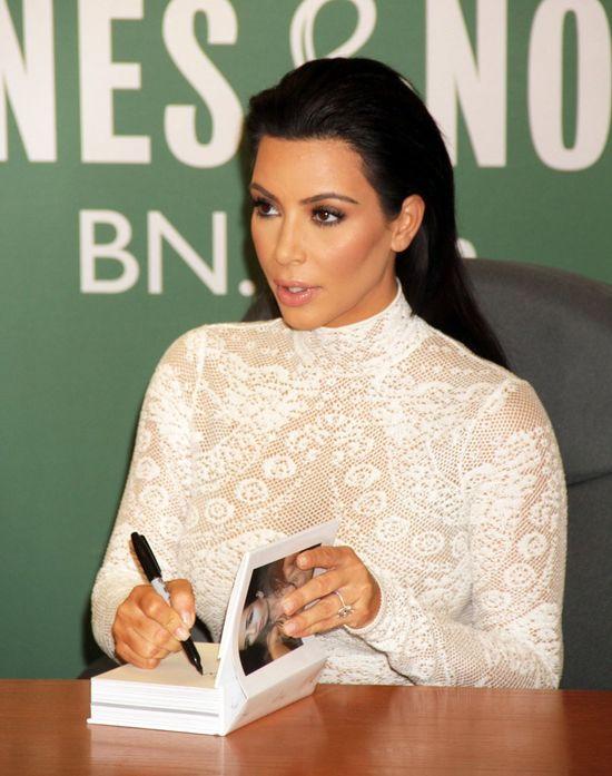 Kim Kardashian podpisuje swoj� ksi��k� (FOTO)