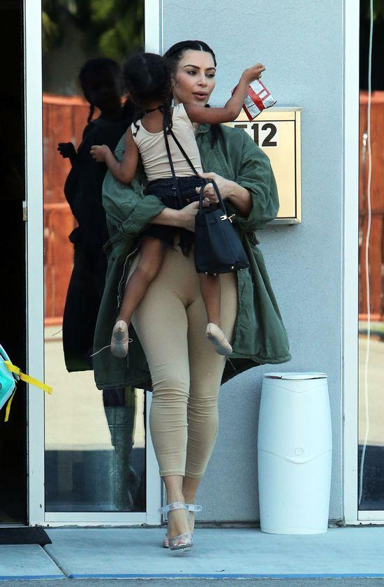 Subtelna różnica między mamą-Kim, a mamą-Kourtney (FOTO)