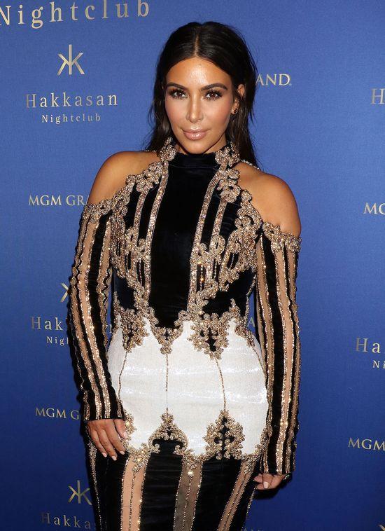 W tej kreacji Kim Kardashian wydaje się WIELKA! (FOTO)