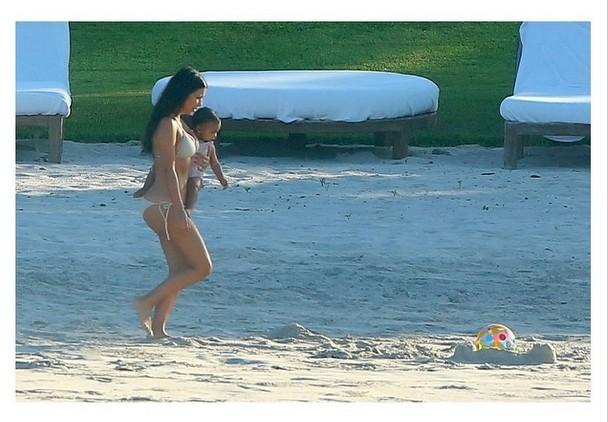 RZADKI WIDOK! Kim Karadshian w bikini i z Nori w ramionach