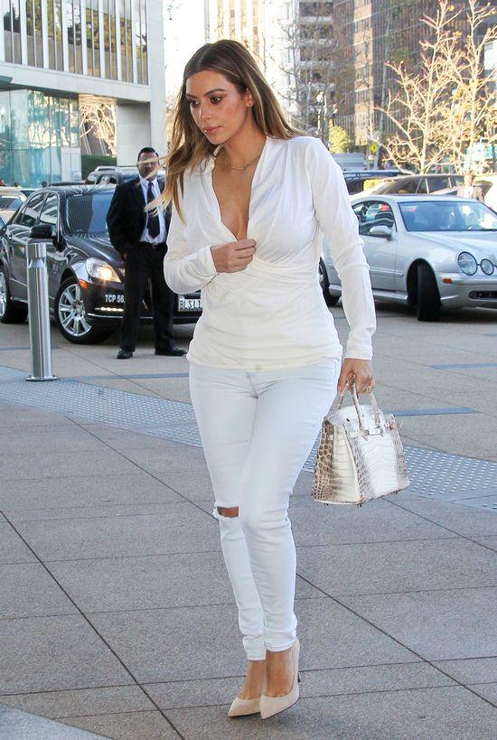 Pupa Kim Kardashian nie mieści się w jeansy!
