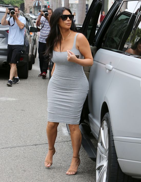 Dlaczego Kim b�dzie teraz zak�ada� tylko obcis�e sukienki?