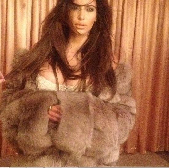 Kim Kardashian tylko w futrze i bieliźnie (FOTO)