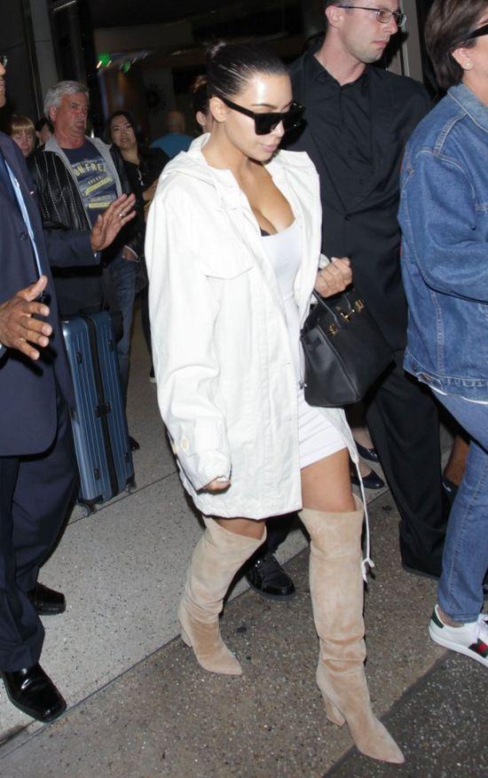 Kim Kardashian w CZARNYCH SKARPETACH na lotnisku!