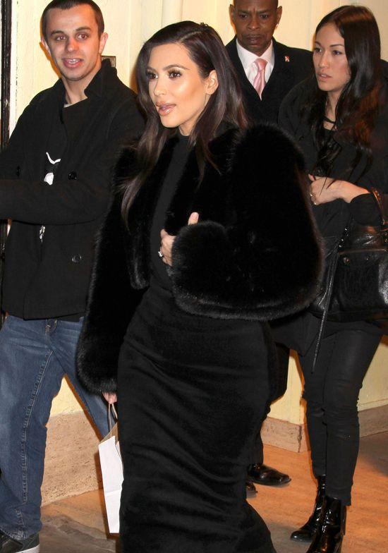 Pupa Kim Kardashian nie mieści się na krześle!