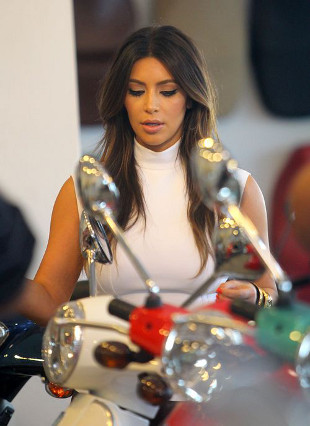 Kim Kardashian z przyjacielem w salonie Vespy (FOTO)