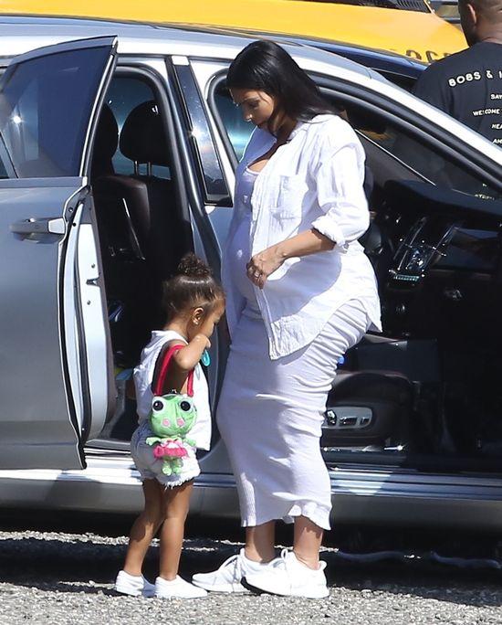 Dlaczego Kim Kardashin w ciąży zasłania pupę? (FOTO)
