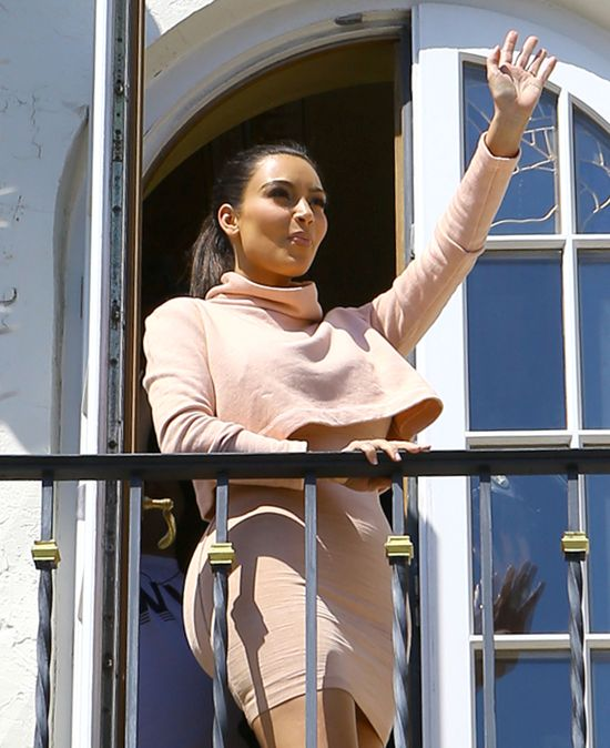 Kim Kardashian niczym królowa pozdrawia fanów z balkonu