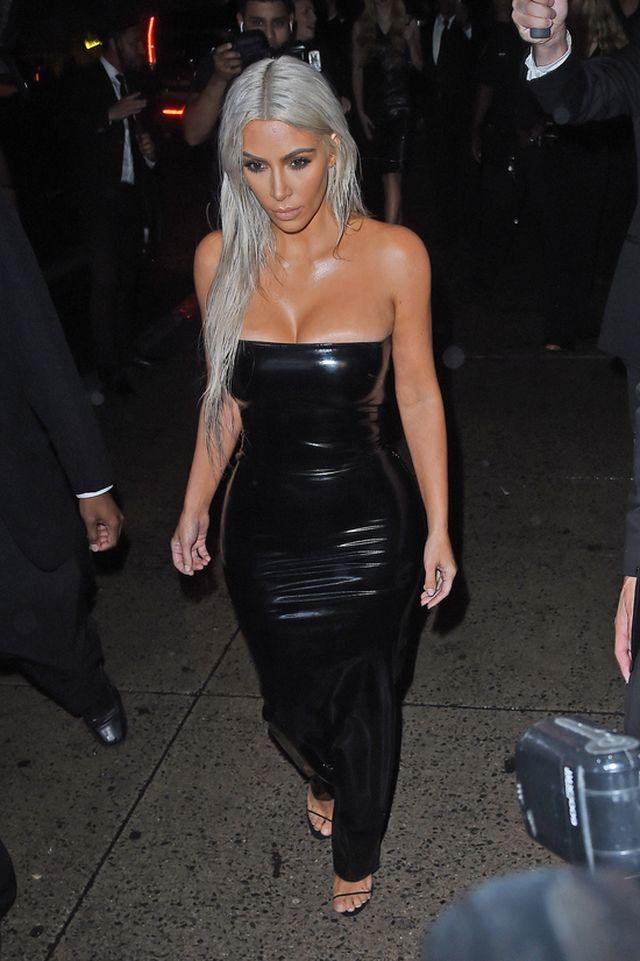 Sprośnym żartem Kim Kardashian wytłumaczyła skąd wziął się blond na jej głowie