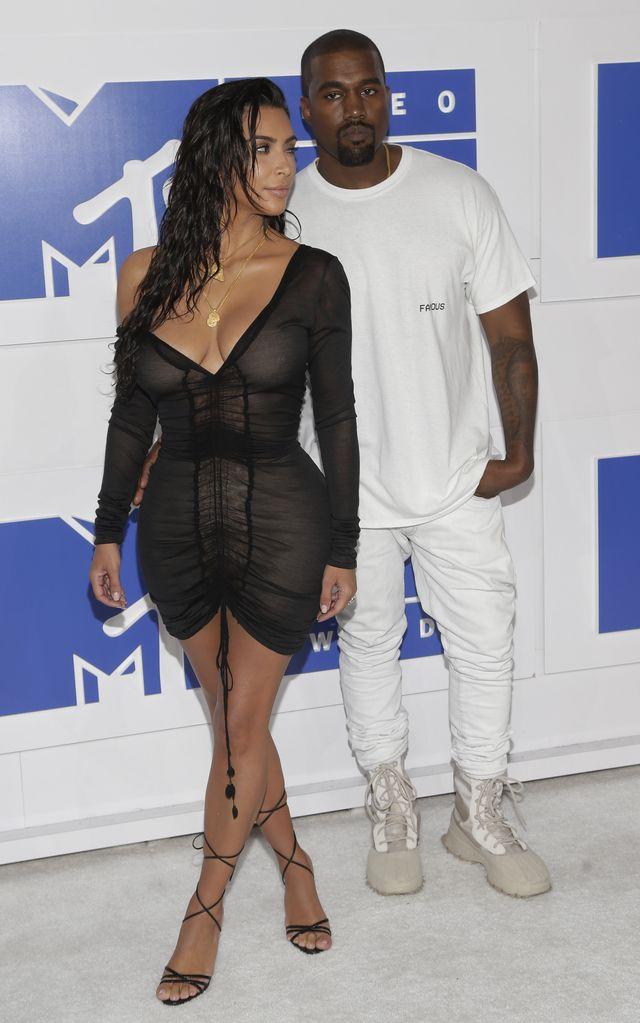 Kim Kardashian ma romans z OCHRONIARZEM? Dlaczego on ją trzyma za pupę?