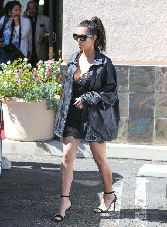 Kim Kardashian w halce i kurtce przeciwdeszczowej (FOTO)