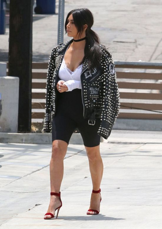 Kim Kardashian wesz�a na wag� i z�apa�a si� za g�ow� (FOTO)