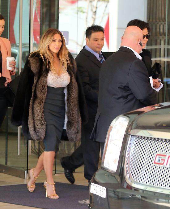 Kim Kardashian, narzeczona w futrze (FOTO)