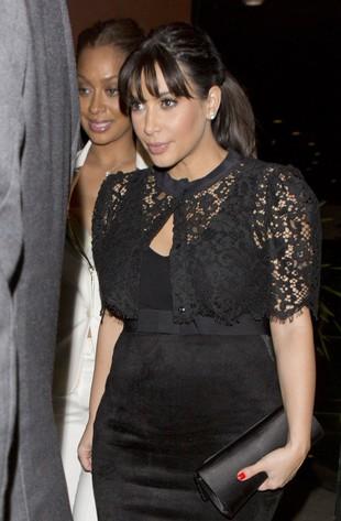 Ciążowe (na)stroje Kim Kardashian są już lepsze (FOTO)