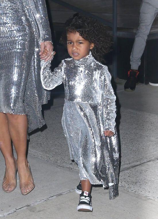 Kim Kardashian niczym dyskotekowa kula, a dlaczego zrobiła TO Nori?
