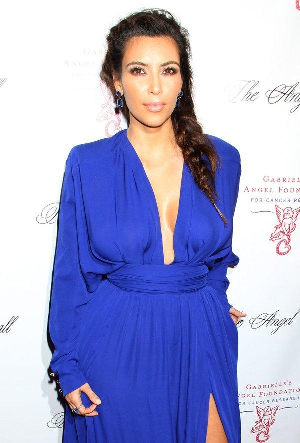 Szykowna Kim w kobaltowej sukni (FOTO)