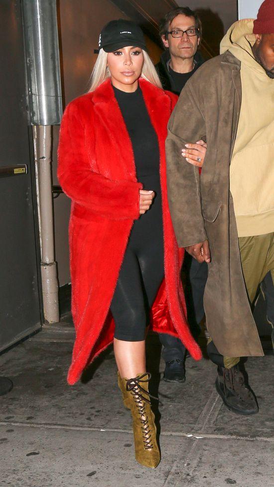 Ten moment, w którym Kim Kardashian przypina lalkę (FOTO)