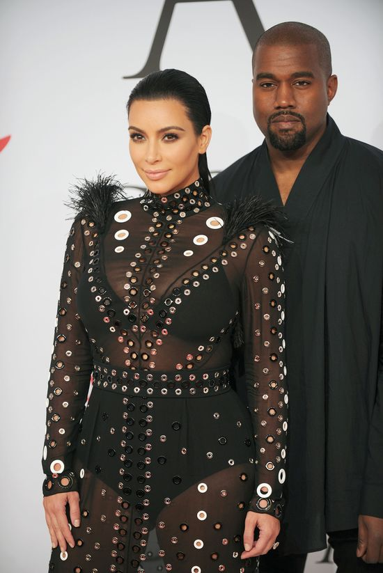 Kanye West stoi na straży wagi Kim Kardashian