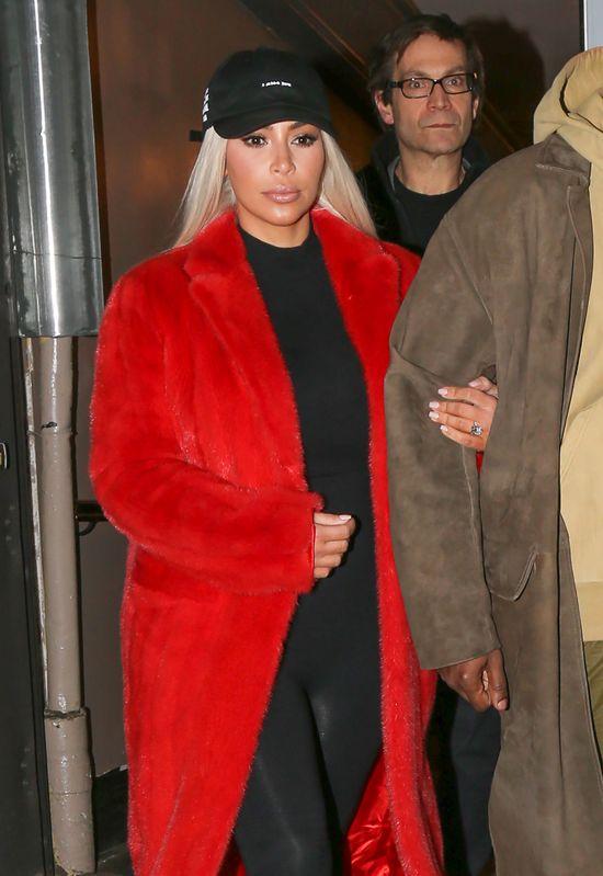 Ten moment, w kt�rym Kim Kardashian przypina lalk� (FOTO)