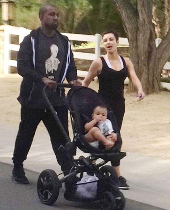 Kim Kardashian bez makijażu na spacerze z Nori i Kanye