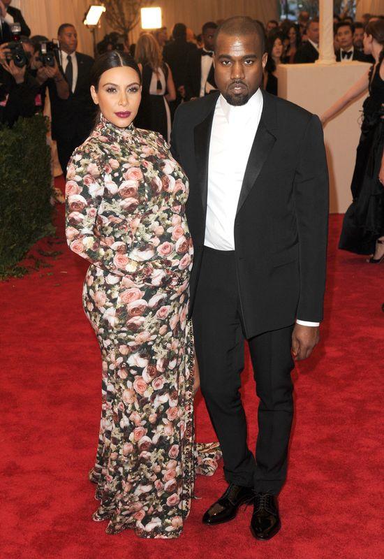 Kanye West stoi na stra�y wagi Kim Kardashian