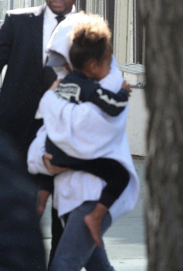 Zastraszona? Kim Kardashian JESZCZE NIGDY nie wysz�a na ulic� w takim stroju