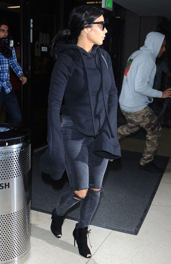 Kim Kardashian zdjęła buty na lotnisku i... (FOTO)
