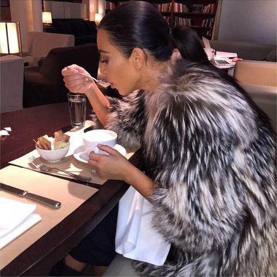 Nie uwierzycie, co pija na śniadania Kim Kardashian (FOTO)