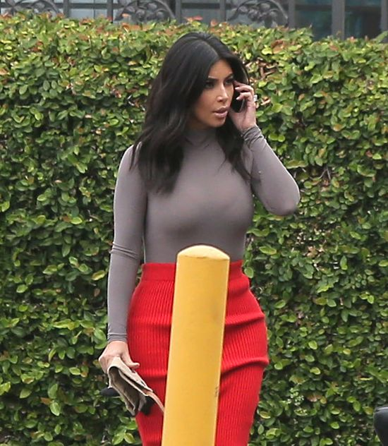 Kim i Kourtney Kardashian nie skonsultowały kreacji (FOTO)