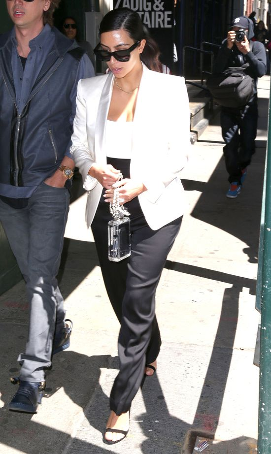 Kim Kardashian próbuje dodać sobie klasy (FOTO)