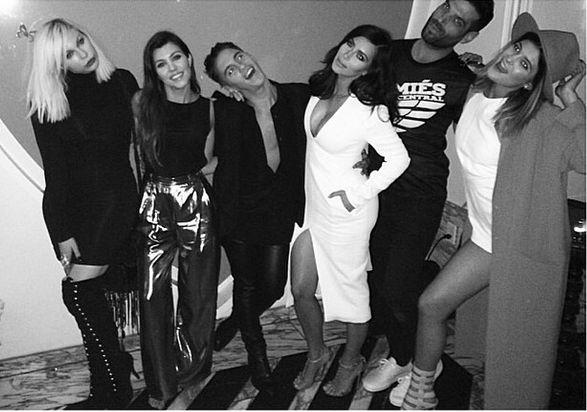 Kim Kardashian nie może przestać wietrzyć piersi? (FOTO)