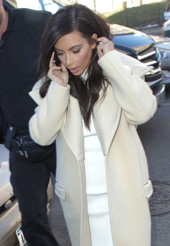 Kim Kardashian - anioł w płaszczu i sandałach (FOTO)