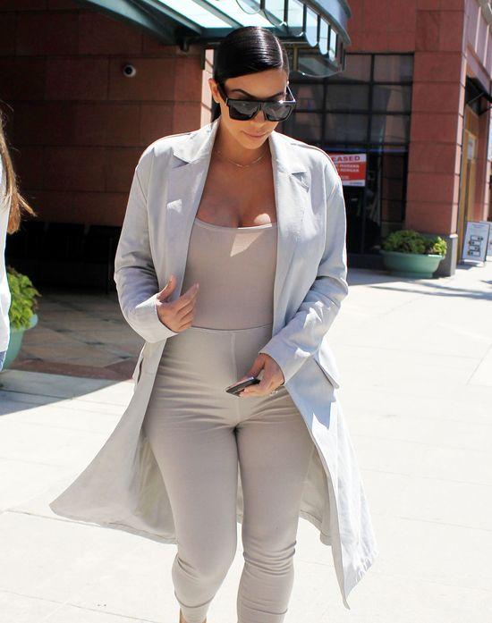 Ci�arna Kim Kardashian dzielnie si� poci (FOTO)