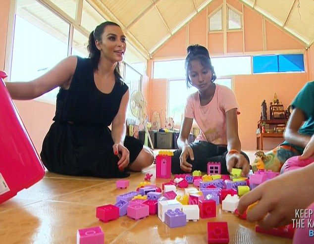 Kim Kardashian adoptuje sierotę z Tajlandii? (VIDEO)