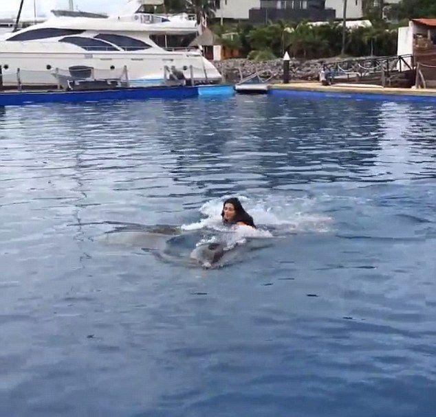 Kim Kardashian postanowiła popływać z delfinami (FOTO)