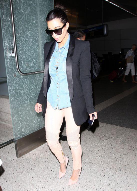 W�osy Kim Kardashian wci�� wypadaj� gar�ciami? (FOTO)