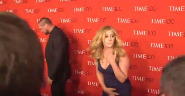 Amy Schumer zakpiła z Kim na czerwonym dywanie (VIDEO)