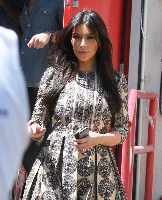 Kim Kardashian w sukni jak z zasłony (FOTO)