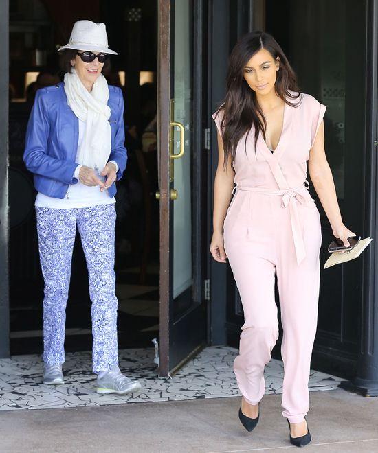 Zmęczona Kim Kardashian z babcią na lunchu (FOTO)