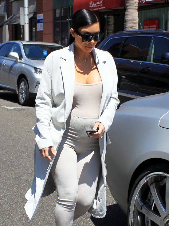 Ciężarna Kim Kardashian dzielnie się poci (FOTO)