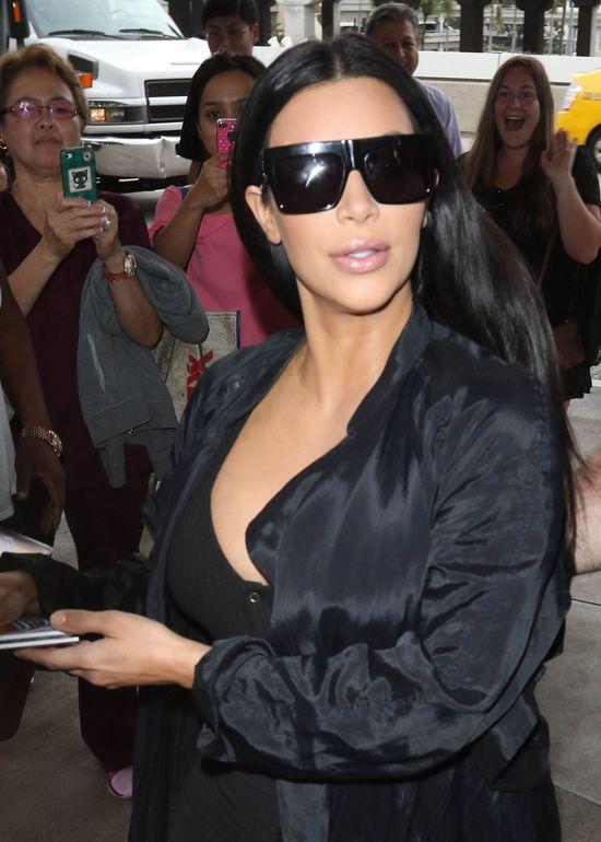 Ciężarna Kim Kardashian znowu wietrzy piersi (FOTO)