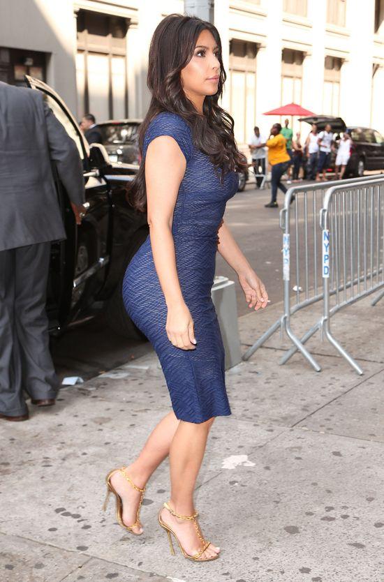 Kim kontra Khloe Kardashian - pojedynek na pupy (FOTO)