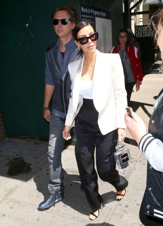 Kim Kardashian pr�buje doda� sobie klasy (FOTO)