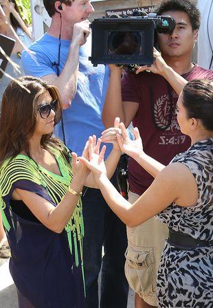 Kim i Kourtney Kardashian spacerują po plaży (FOTO)