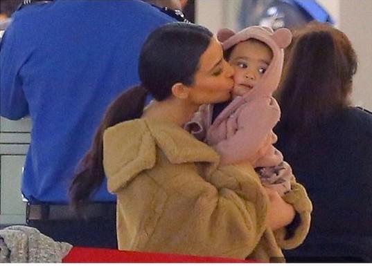 Kim Kardashian całuje Nori (FOTO)