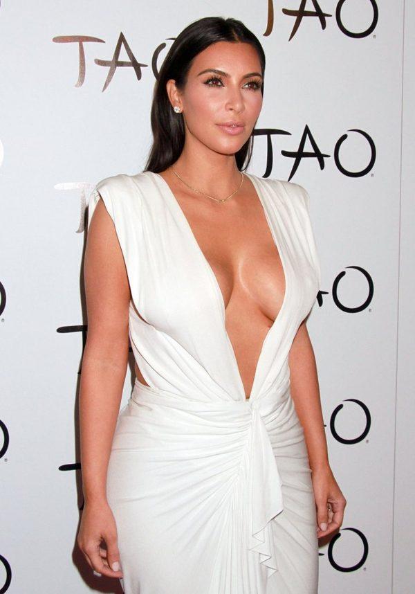 Kim Kardashian w prześwitującej sukience w Paryżu