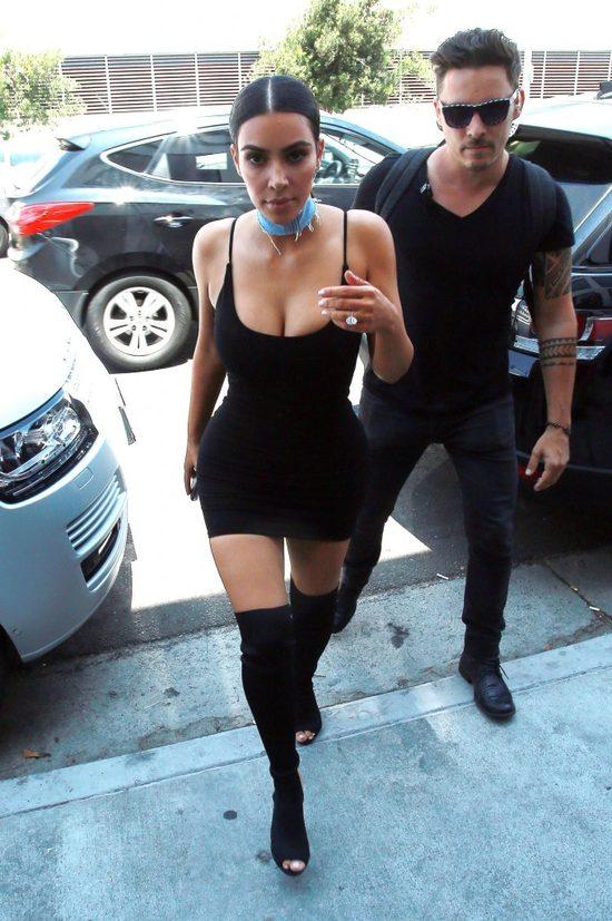 Kim Kardashian w długich kręconych włosach (FOTO)